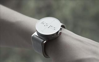 Guney Kore firmasindan gorme engelliler icin parmakla okunan ilk akilli saat.
